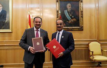 Ábalos firma el primer Memorando de Entendimiento con su homólogo de Emiratos Árabes Unidos en materia de infraestructuras, transporte y vivienda.
