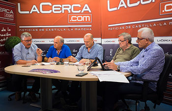 De izquierda a derecha: Juan Antonio Mata, sindicalista; José Reina, persidente de la FAVA; Antonio González Cabrera, médico de familia; Luis Martínez, ingeniero; y Manuel Lozano, director del Grupo Multimedia de Comunicación La Cerca.