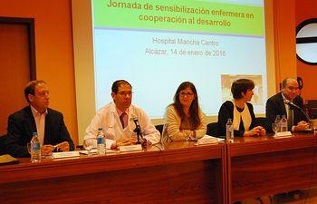 La gerente del SESCAM destaca la labor de FUDEN en la sensibilización de los profesionales de Enfermería con la cooperación al desarrollo. Foto: JCCM.