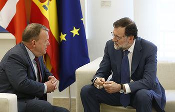 El presidente del Gobierno, Mariano Rajoy, conversa con el primer ministro danés, Lars Lokke Rasmussen, durante su visita a La Moncloa.
