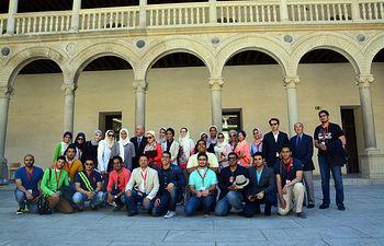 Delegación saudí con el decano de Humanidades y el director de Arquitectura en el Claustro Real de San Pedro Mártir.