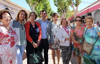Javier Cuenca mantiene un encuentro con las mujeres de la agrupación local de APACCU 'Los Llanos' en la Feria de Albacete.