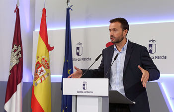 El consejero de Desarrollo Sostenible, José Luis Escudero, durante la rueda de prensa celebrada en el Palacio de Fuensalida en la que ha anunciado la aprobación de la Declaración de Emergencia Climática de Castilla-La Mancha. (Foto: Álvaro Ruiz // JCCM).