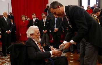 """El escritor, Fernando del Paso, recibe de manos de Su Majestad el Rey la escultura del Premio """"Miguel de Cervantes"""""""