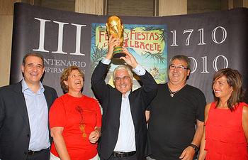 El presidente de Castilla-La Mancha, José María Barreda, levanta la Copa del Mundo de Fútbol en Albacete junto a los tíos de Iniesta, la alcaldesa, Carmen Oliver y el presidente de las Cortes regionales, Francisco Pardo.