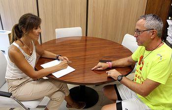 María Gil recibe al corredor solidario Juan Manuel Darijo.