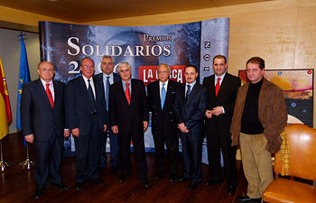 El director del Grupo de Comunicación LA CERCA, Manuel Lozano, junto a premiados, autoridades y el pintor Ricardo Avendaño, en la entrega de los Premios Solidarios 2006.