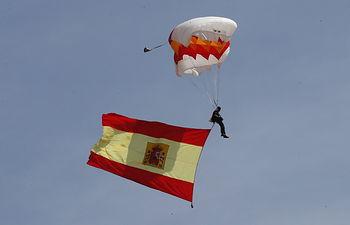 Una patrulla de la Brigada Paracaidista efectúa un lanzamiento sobre la zona del acto, portando la Bandera que posteriormente se izó
