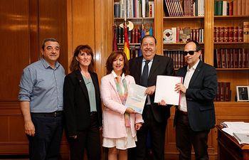 Jesús Fernández Vaquero ha recibido de manos del CERMI dos ejemplares de la Convención Internacional sobre los Derechos de las Personas con Discapacidad de Naciones Unidas, uno de ellos editado en braille.