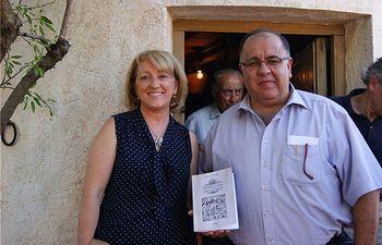 Maribel Serrano y el alcalde de Munera, Pedro Pablo Sánchez, presentaron el libro 'Relatos junto al Sogato', editado por la Diputacion