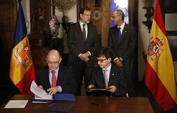 Cristóbal Montoro y su homólogo andorrano durante la firma de un acuerdo (Foto: Pool Moncloa)