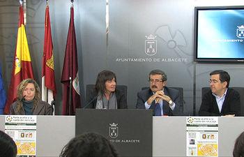 La alcaldesa de Albacete, Carmen Oliver y el director de la Obra Social de CCM, Martín Molina, durante la rueda de prensa ofrecida tras la firma del acuerdo de colaboración suscrito para la recogida selectiva de aceites vegetales de origen doméstico.