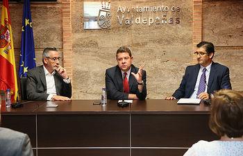 El presidente de Castilla-La Mancha, Emiliano García-Page, preside, en el Ayuntamiento de Valdepeñas, un nuevo Consejo de Gobierno de carácter itinerante. (Fotos Ignacio López // JCCM)