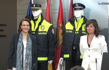 Magdalena Valerio y Carmen Oliver Posando junto a los nuevos uniformes de la Policía Local