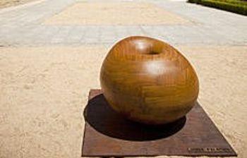 Imagen de una de las esculturas del artista Jorge Palacios, instalada en la entrada al Museo de Santa Cruz