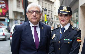 Manuel Lozano, director del Grupo Multimedia de Comunicación La Cerca, junto a Genoveva Armero, jefa de la UFAM de la Policía Nacional en Albacete.