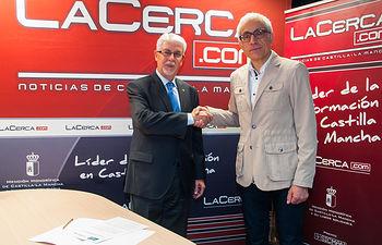 Francisco JAvier Martínez Ortuño, director general de Fundación Globalcaja Albacete, junto a Manuel Lozano Serna, director del Grupo Multimedia de Comunicación La Cerca