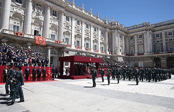 El presidente del Gobierno en funciones, Pedro Sánchez, junto a otras autoridades durante el acto conmemorativo del 175 aniversario de la fundación de la Guardia Civil, celebrado en la Plaza de la Armería del Palacio Real.