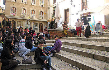 Escena de una de las representaciones relacionadas con La Celestina junto al Ayuntamiento de Toledo