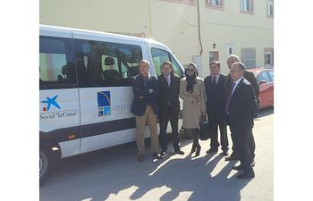 Francisco Núñez asiste a la entrega de un vehículo adptadado a Asprona, por parte de la Fundación La Caixa