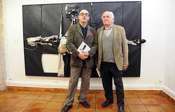 A la izquierda, el autor de la obra, Alfonso de la Torre.