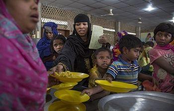 Refugiafos rohingya en Cox's Bazaar, Bangladesh (foto: Tom Pilston para Acción contra el Hambre)