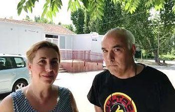 Silvia Valmaña y Luis Fernández Rojo, frente centro salud de Cifuentes.
