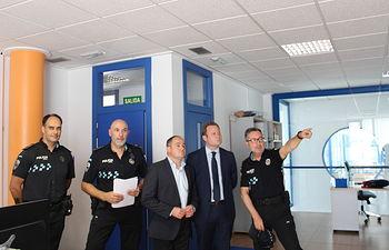 Vicente Casañ y Emilio Sáez visitan las instalaciones de la Policía Local.