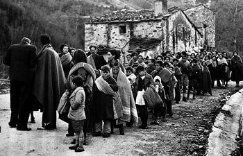 Refugiados españoles saliendo por la frontera de Francia al exilio - Guerra Civil -1936-1939