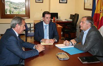 Reunión que ha mantenido Francisco Cañizares, con el presidente de CECAM, Ángel Nicolás, para abordar el Proyecto de Ley de Cámaras Oficiales de Comercio, Industria y Servicios del Gobierno regional, entre otros asuntos de interés.
