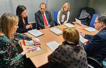 La delegación de diputados y diputadas regionales, encabezada por el presidente de las Cortes de Castilla-La Mancha, Pablo Bellido, ha mantenido un encuentro con la eurodiputada y titular de la comisión de Derechos de la Mujer e Igualdad de Género y experta en temas de género, Lina Gálvez, en el Parlamento Europeo, en Estrasburgo.