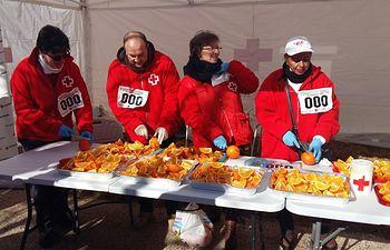 Los voluntarios y voluntarias de Cruz Roja han repartido bizcocho y naranjas entre las personas participantes
