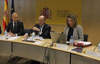 El ministro de Economía, Luis de Guindos, (en el centro) junto al secretario de Estado de Comercio, Jaime García- Legaz, y la consejera delegada del ICEX, Coriseo González-Izquierdo, durante la reunión de constitución del Consejo de Orientación Estratégica del ICEX. (Foto EFE)