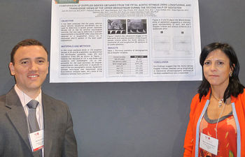 La ginecóloga del Hospital General 'La Mancha Centro' de Alcázar de San Juan (Ciudad Real), María José Rodríguez, posa en Orlando (EE.UU.) junto a uno de los pósteres que presentó en el Congreso Americano de Investigación Ginecológica.