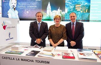 La consejera de Cultura, Turismo y Artesanía, Soledad Herrero, junto al secretario de Estado de Turismo, Joan Mesquida (i) y al director general de Turespaña, Antoni Bernabé (d), tras el encuentro mantenido este miércoles en la Feria Internacional de Turismo de Berlín.