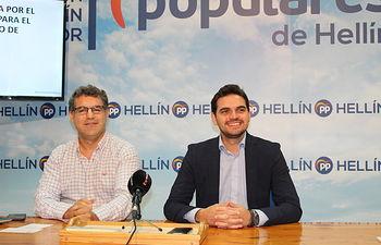 Rueda de prensa de Santiago Serrano en Hellín, junto al portavoz municipal.