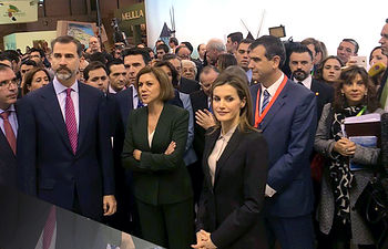 Sus Majestades los Reyes de España, junto a María Dolores de Cospedal, en su visita al stand de Castilla-La Mancha en FITUR.