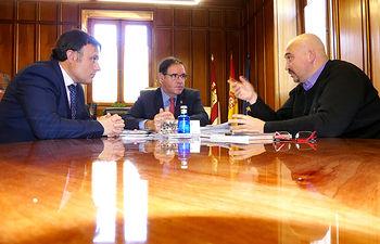 Reunión entre los presidentes de la Diputación y la D.O. La Mancha en el Palacio Provincial.