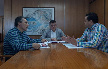 Reunión entre el director provincial de Educación, Diego Pérez y el alcalde de Alcaraz, Pedro Valero.