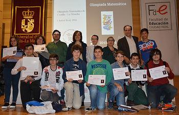 Foto de familia de los premiados, con autoridades académicas y organizadores.