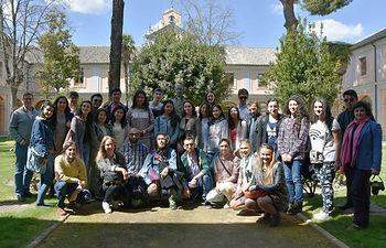 Estudiantes y profesores internacionales con autoridades académicas en la Fábrica de Armas de Toledo.
