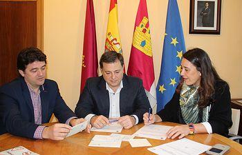 Firma de la cesión de ciclomotores de DGT al Ayuntamiento de Albacete.
