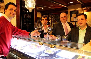 Javier Cuenca, Manuel Serrano y Juan Sánchez en una de las paradas de la ruta del vino y la tapa.