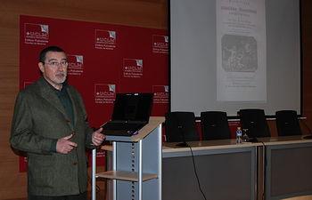 Luis Montiel, al inicio de su ponencia.