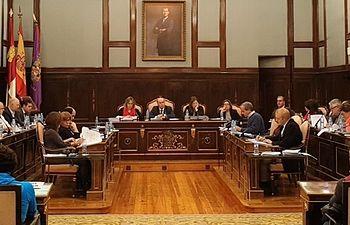 La Diputación Guadalajara aprueba unas cuentas de 61 millones con el apoyo decisivo de la diputada no adscrita
