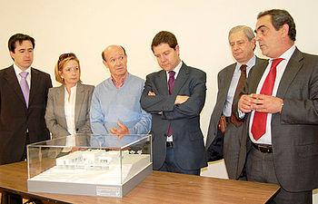 Javier Alonso (1d), presenta el nuevo Centro de Salud de La Legua-Valparaiso-Vistahermosa