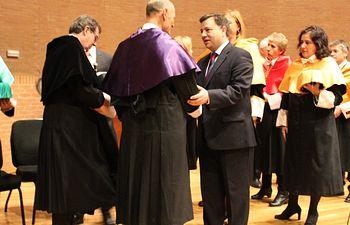 """Manuel Serrano felicita a Juan Carlos Izpisúa por su investidura como Doctor Honoris Causa y por la """"brillantez y profesionalidad"""" que imprime a todos sus trabajos de investigación"""