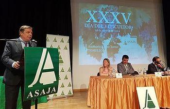 El ministro de Agricultura, Pesca y Alimentación en funciones, Luis Planas, se ha referido al papel principal del sector, tanto en superficie plantada como en producción (más del 15% de la producción mundial) y en exportación (uno de cada cuatro litros que se mueve en los mercados internacionales es español).
