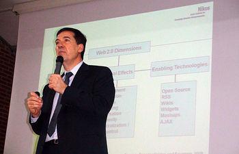 El profesor Constantinides durante su conferencia