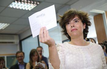 Sáenz de Santamaría deposita su voto en la sede del PP del madrileño distrito de Salamanca.